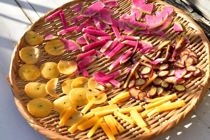 太陽に当て始めると、野菜の水分が少しずつ飛んで乾燥が始まります。  初めて干し野菜を作る時は、生の時、乾燥途中、完成した野菜の経過途中に、手に取って触感を感じてみてください。  固い生野菜が、しんなりと柔らかくなり、最後にはカサカサになっていきます。また、色も生の鮮やかな色から、次第に優しい褪せた色に変化していきます。