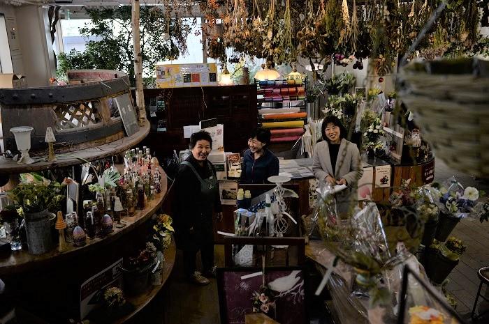 店内はとても広々としていて、生花、プリザーブドフラワー、ドライフラワー、雑貨なども豊富です。