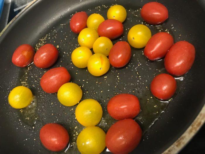 熱したフライパンにオリーブオイルをひきます。  トマトを入れて、塩コショウをします。