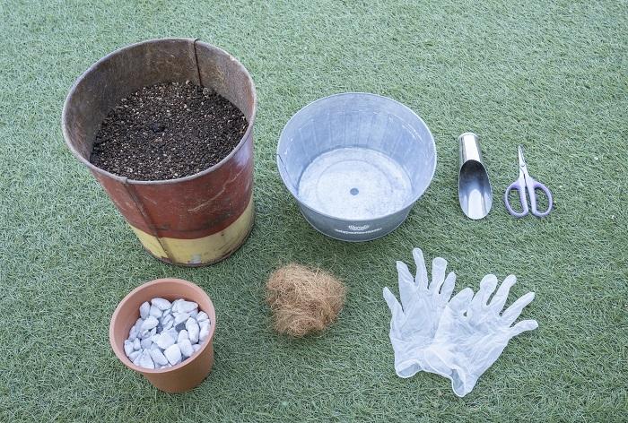 ・ブリキの器(今回は直径25㎝ほどのサイズ、内側にビニールポット付き) ・肥料入り培養土 ・鉢底石 ・ココヤシファイバー(無しでも可) ・土入れ ・はさみ ・手袋 ・ジョーロ など