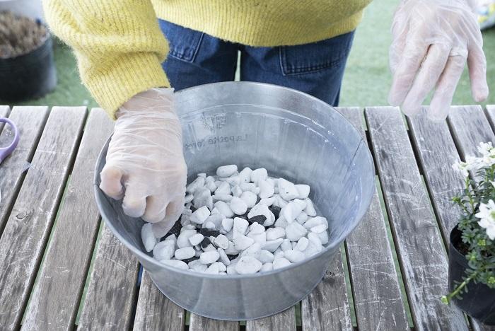 鉢底石を器の底が見えなくなるくらい入れます。