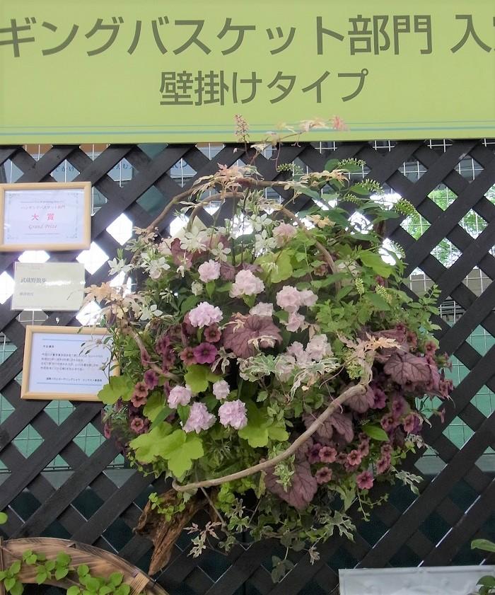 Photo by:樺澤智江 写真は以前、国際バラとガーデニングショウで「大賞」を受賞された樺澤智江さんのハンギングバスケットです。  植物の個性を尊重し、その魅力を最大限に見せてあげるように、また、長い間その場所で育ってきたかの様に植えます。自分本意ではなく、植物の言葉を聞いて植物に添って合わせてあげると、生き生きとしたコンテナが出来上がります。  植物が今美しく見えるように、そしてこれから美しく育っていくためにお手伝いをしてあげることが私の役割だと思っています。