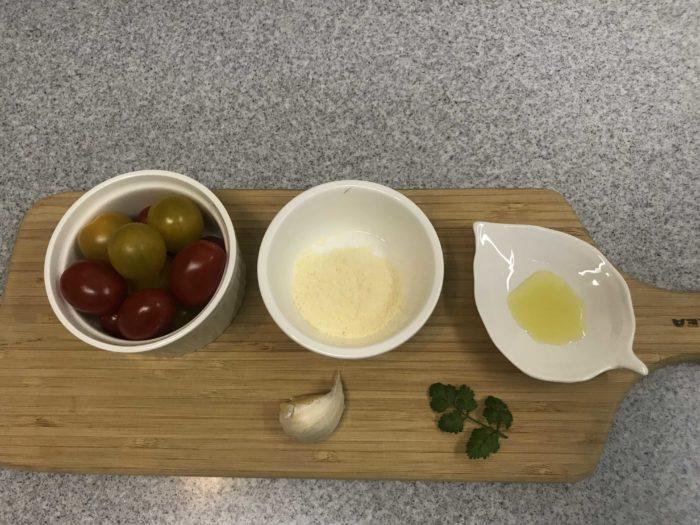 ・ミニトマト(純あま、ハニーイエロー)適量  ・バルメザンチーズ 適量  ・ニンニク 一片  ・チャービル、又はイタリアンパセリ等 少々  ・オリーブオイル 適量  ・塩、コショウ 少々