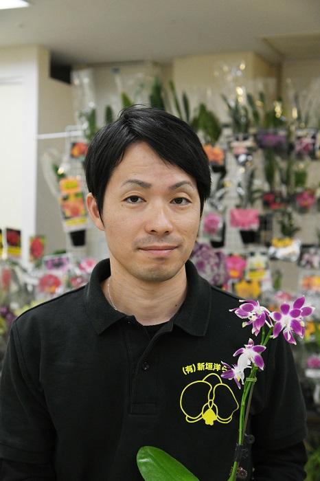 ビビッドな花色のファレノプシス(コチョウラン)のラインナップに定評がある新垣洋らん園の新垣真さん。