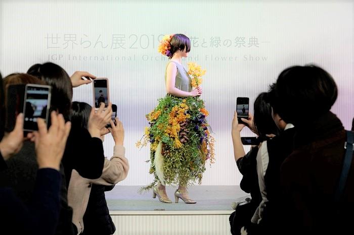 「花のドレスを身に纏って(まとって)ランウェイを歩く」。フラワーランウェイはそんな花のファッションショーをイメージして企画されました。  2019年2月17日東京ドームで開催の『世界らん展2019 -花と緑の祭典-』にて。一般公募で集まった、お花が大好きなモデルの皆さんを花でドレスアップして、ステージを歩いていただきました。