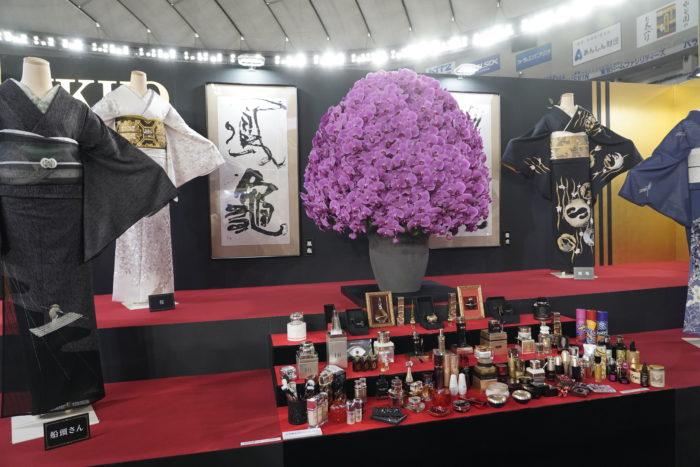 こちらは美のカリスマIKKOさんプロデュースの展示です「美」をテーマにした多彩な角度からの演出。美容家ならではのコスメの展示も見どころです。