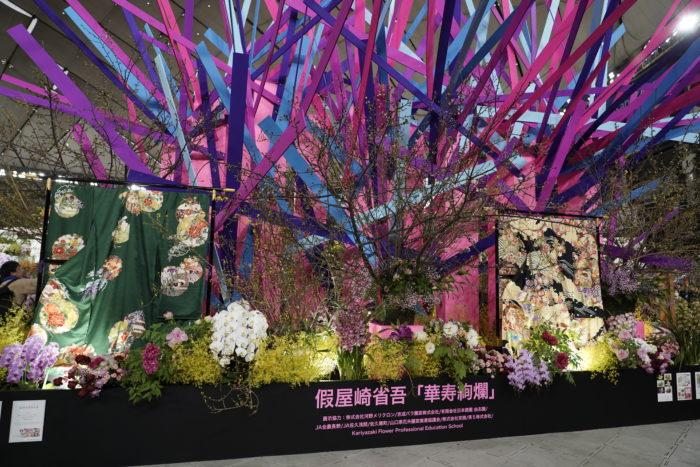 今年も華道家のカーリーこと、仮屋崎省吾さんの華やかさと近未来的な作品はゴージャスに蘭の花があしらわれ、すごい迫力です。