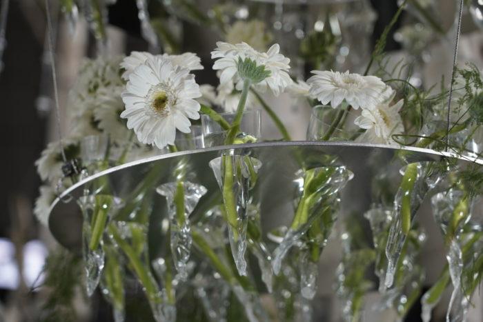 志穂美えつこさんの作品を近くで拝見すると、小さな花瓶にシャンデリアの様に花が活けられ、たくさんのお花が集合していました。かわいらしいですね。