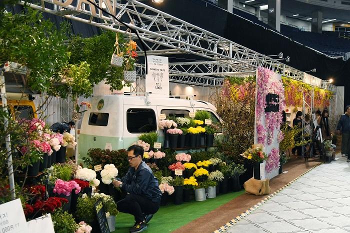 洒落た花屋さんの店先に停めらたデリバリーカーを包み込むように花があしらわれ、どこを見ても花が目に入る空間作りはさすがです。