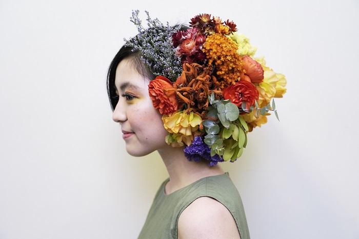 前田さん「小花系が好きとのことで、小花でまとめました。天真爛漫な笑顔な 理沙さんのイメージに合わせて、オレンジを中心にあしらいました」  小花でインパクトを出すという発想から、花のスカートが出来上がったそうです。明るくポップでありながら細やかな作りが美しいドレスです。