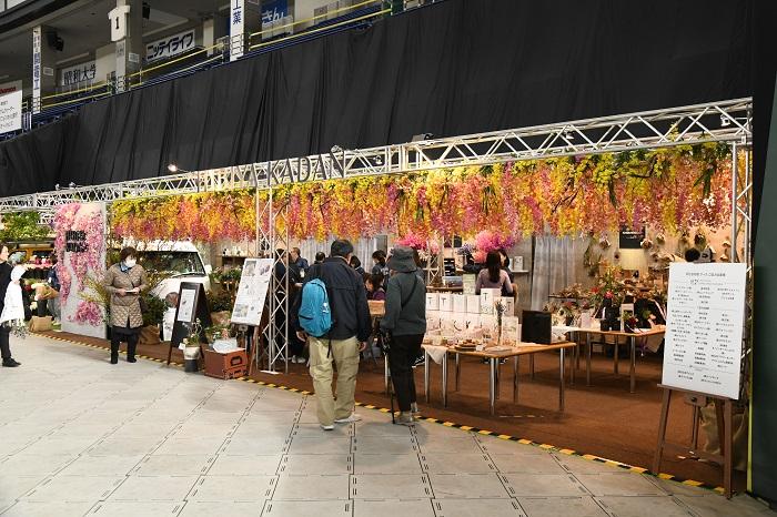 国内有数の生花店、日比谷花壇のブースだけにどこを見ても花がいっぱい!