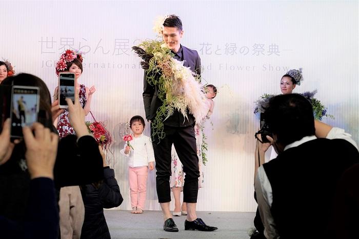 テーマ:ホワイトグレー  LOVEGREENスタッフの男性です。前田さんの「男性にも、もっと花を楽しんでほしい」という想いから、今回モデルに起用されました。