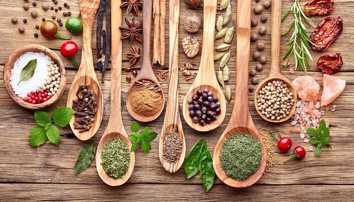 スパイスとハーブの違いをご存知ですか?多分、なんとなく「あれはハーブ・・・あれはスパイス」とイメージは持てても、なかなか説明しようと思うと難しいですよね。  英語辞書を引いてみると、herbハーブは「薬用植物・薬草・香草」スパイスは「薬味・香辛料」。広辞苑にはハーブ「薬草、香味料とする草の総称。」スパイス「香味料。香辛料。薬味」とありました。これを読んでも全然すっきりしなかったので調べてみたところ、いくつかの要素を複合的に判断していることがわかりました。