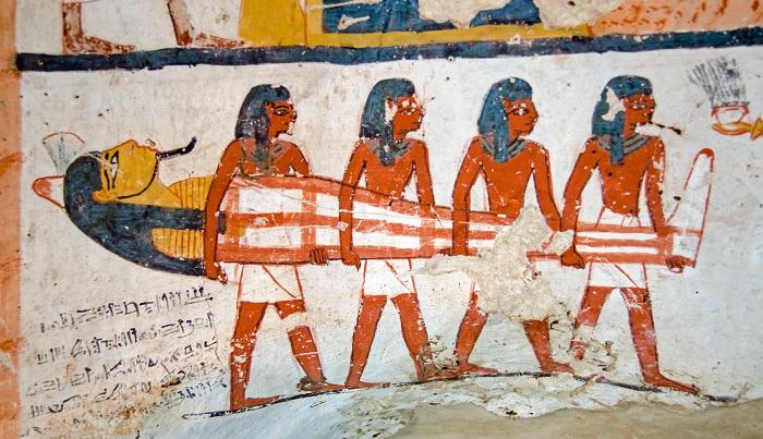 紀元前4000年の古代エジプトでは、人は死んだあとその魂が再び死者の体内に帰るものと信じられており、庶民は土葬が一般的でしたが貴族や王の遺体は、魂が戻ってきたときに腐敗しないようにミイラへ加工し、永遠に保存しようとしました。このミイラづくりには実に様々なパイスが使われていました。クミン、マジョラム、アニス。どれも香りが強く、防腐効果のあるものです。その後シナモン(カッシア)が主に使われるようになりました。クローブも使われていたようです。記録として確認されているのは紀元前2600年。その頃にエジプト以外の場所から持ち込まれたのです。