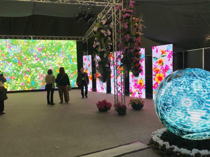 こちらの展示は「花と光のシンフォニー・Flower meets Digital art-」最先端メディアと生花がコラボレートした映像アートが広がる空間。幅15mの高精細LEDウォールに映し出されたDigital artは色鮮やかなだけではなく、最先端メディア4k,8kに映し出される花の映像は実物とはまた違った美しさを楽しむ事が出来ます。手前にある球体のLEDは和風な映像と優雅なサウンドでこの空間のアクセントとなり、より幻想的な空間を演出していました。