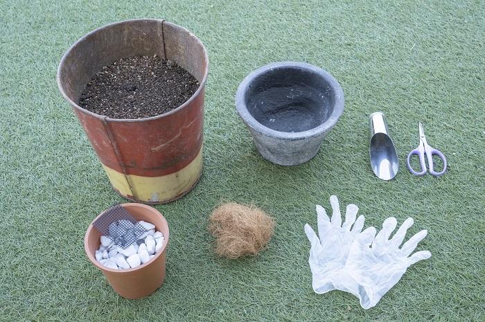 ・器(今回は直径25㎝ほどのサイズ) ・肥料入り培養土 ・鉢底の石 ・鉢底ネット ・土入れ ・はさみ ・手袋 ・ココヤシファイバー(無しでも作れます) ・ジョーロ など
