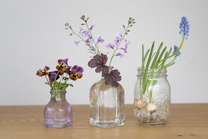 庭で摘んだ春の草花とムスカリ。複数の器に少しずつ生けるのもおすすめ。
