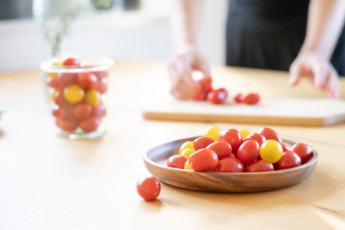 小さくて可愛らしいミニトマト。そのままで食べても、カプレーゼなどサラダ、ピクルス、トマトソースと色々なお料理で楽しむ事が出来るミニトマトですが、今回はこの可愛らしい姿を活かして、フィンガーフードとして食べられる簡単に出来て見た目も可愛らしいお料理をご紹介致します。
