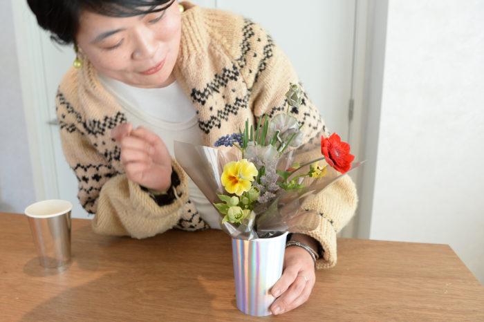 今回の花あしらいはショップを持たないアトリエスタイルの花屋「fiore soffitta」のフローリスト、三嶋春菜さんに監修いただき、6種類の春の花を使用したあしらいを掲載。三嶋さんの人柄を現したかのような、明るく遊び心のある素敵なあしらいです。  その他にも定番のエディブルガーデンや、皆様から応募いただいている読者投稿、室内園芸グッツ特集など内容盛りだくさんです。