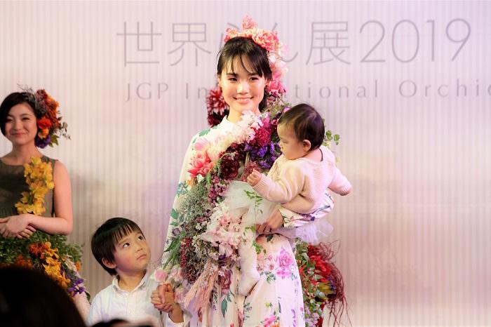 前田さん「佐藤さんは、幼少期に自分の名前を書く時に最後にチューリップを書いてトレードマークにしていたそうです。娘さんのりおちゃんの名前には桜が入っているとのことで、桜とチューリップを中心にしたピンクでまとめました」  優しいピンクのチューリップと桜で、一気に春が来たような素敵な装いでした。