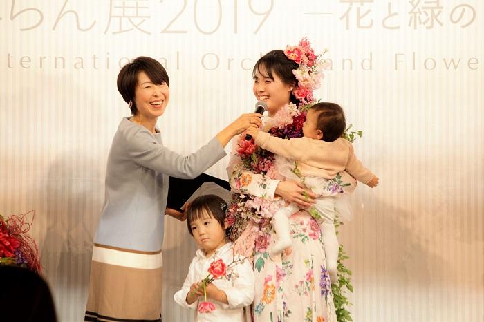 「チューリップと桜という、自分にとって思い入れのある花を使ってもらえて、とても思い出深い一日となりました」 小さなお子さんとステージに立ち花でドレスアップした今日の記憶と、ご家族の気持ちがきれいに重なって、素敵な思い出となって残ってくれますように。