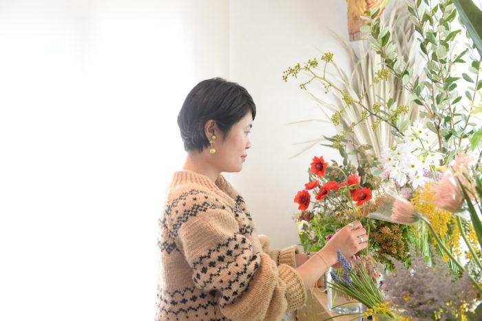三嶋春奈さん ショップを持たないアトリエスタイルの花屋「fiore soffitta」フィオーレソフィッタ。  ギフトとしてのアレンジメント、ウェディング、パーティやショップの会場装花からデイリーフラワーまで幅広く手掛けています。  Instagram:@fiore_soffitta