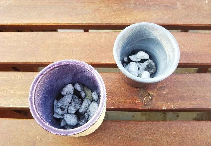 ミニセントポーリアの植え替えについてお話しします。  バーミキュライトやピートモス、パーライトなどを混ぜて使う土をつくることもできますが、水はけと保水性がよく、根腐れしにくく、セントポーリアが好きな環境に調整済みの土も販売されています。  植え替え用の小さな鉢に鉢底ネットを敷き、鉢底石を入れ、その上に器の半分くらいの高さになるくらい土を入れて植え替えていきます。