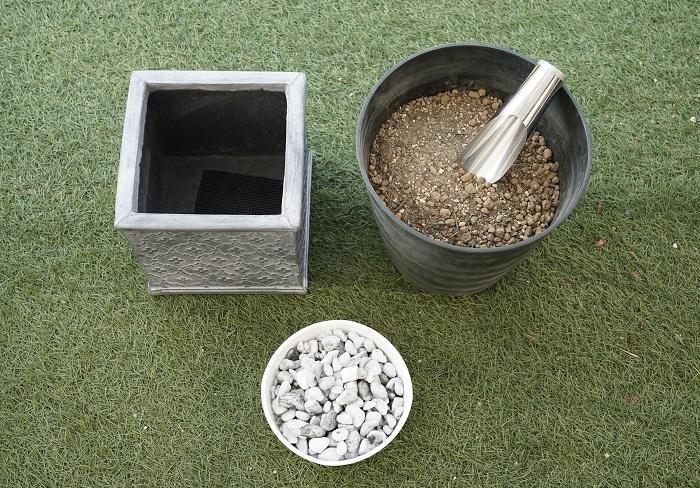 ・器(今回は縦21×横21×高さ21㎝のスクエアー型、グラスファイバー製) ・肥料入り培養土 ・鉢底石 ・鉢底ネット ・土入れ ・手袋 ・ジョーロ など