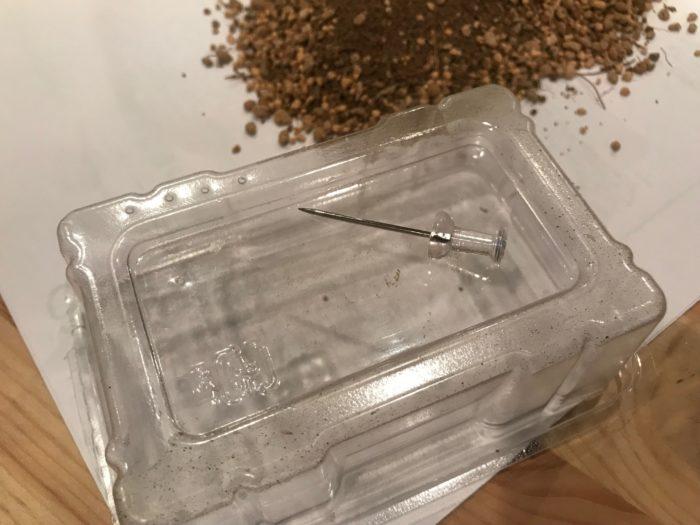 今回は蓋の着いた名刺入れを使用する事にしました。底に水はけがいい様に穴を開けます。蓋にも通気性のいい様に穴を開け土を入れます。土を入れたら、殺菌の為にお湯を入れて水分を含ませ冷ましておきます。
