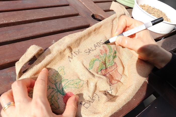 今回は100円ショップの麻袋を鉢として使ったので、麻袋の周りに絵を描いてみました。