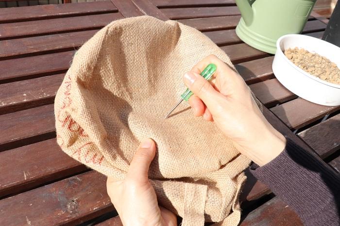 麻袋の底に、水はけ用の穴を20~30か所開けておきます。