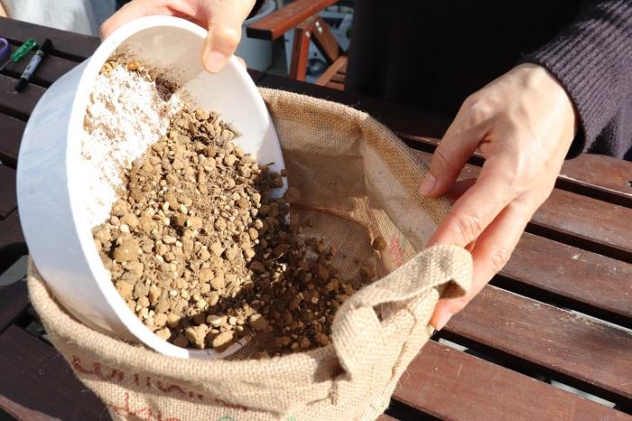 排水を良くするために、粒が大きめの赤玉土を「鉢底石」の代わりに鉢底の部分に入れていきます。