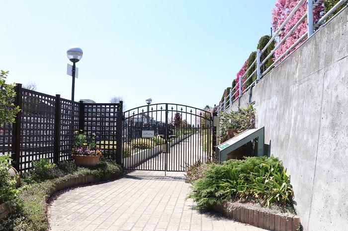 アグリス成城の菜園入口は、クラブハウスの奥にあります。クラブハウス1階の受付を済ませて入口の鍵を開けて入って行きます。
