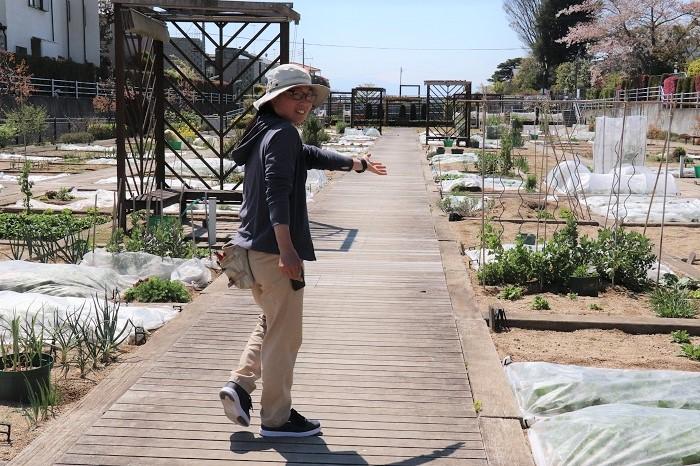 インストラクターの田中さんが案内してくれました。  アグリス成城では、なるべく農薬を使わない方法で栽培しているとのこと。それはやっぱり大切!安心して食べることができます。
