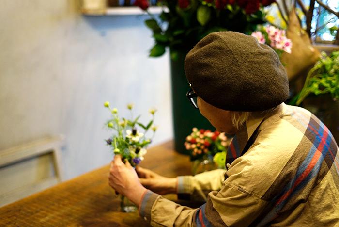 身近にあるもので、花を楽しめる生け方を教えていただきました。どれも可愛くて何度も何度も「かわいー!」と黄色い声をあげ続けて撮影は終了。他にも「押さない花」の作り方も紹介しています。どちらも試してみたくなるはず。