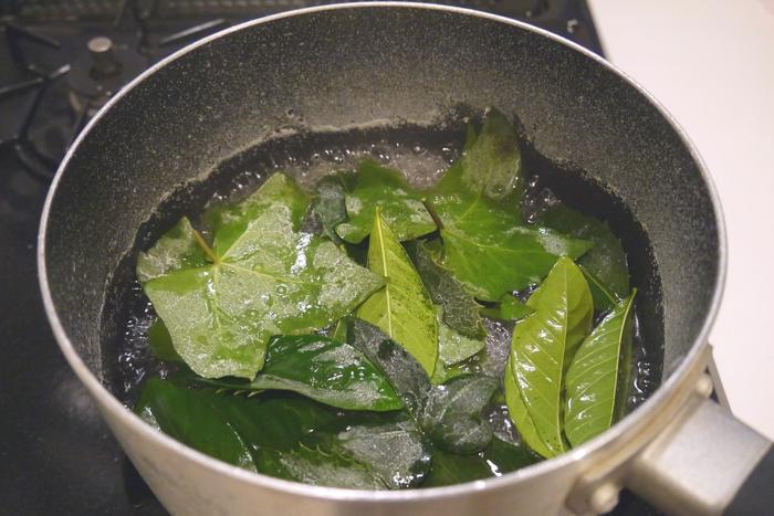 ・泡が立ったところに葉っぱを入れて煮ていきます。