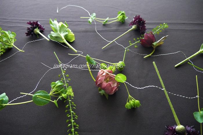 「ガーランド」は「garland」という綴り(つづり)の名詞で、直訳すると「花輪」です。昔は植物で作った冠や首飾りなどを指す言葉でした。  現在では紐やワイヤーに植物やオーナメントを繋いで、輪になっていればリース、輪にせずに帯状になっているものをガーランドと区別するようになっています。ガーランドはインテリアやエクステリアのアクセサリーとして愛されているアイテムです。