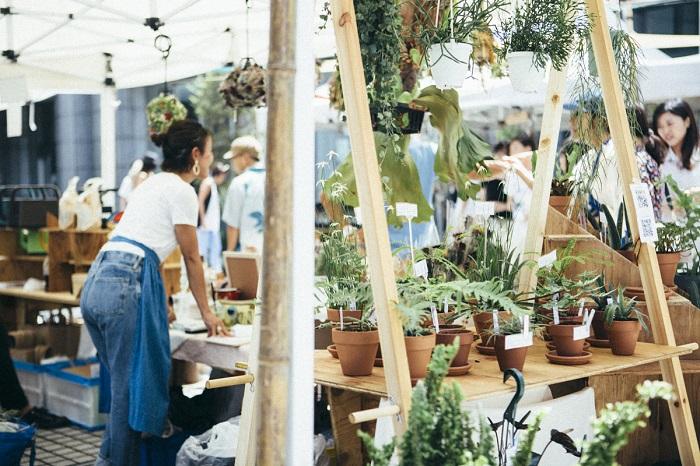 """都市に生きる人にとって、""""庭""""という存在は馴染みのないものになっています。  庭は植物と人を繋ぐ場であったはず。  では、今、都市に生きる人にとっての庭はどんな在り方なのか?  本来の庭は、美しさが表現される。  そして、それを眺める人の心を豊かにする。  Flower & Green Marketは、国連大学の中庭に、約30の出店者が持ち寄る2000品種以上の植物と、一人ひとりが小さくとも自分にあった庭をつくるための場を提案します。"""