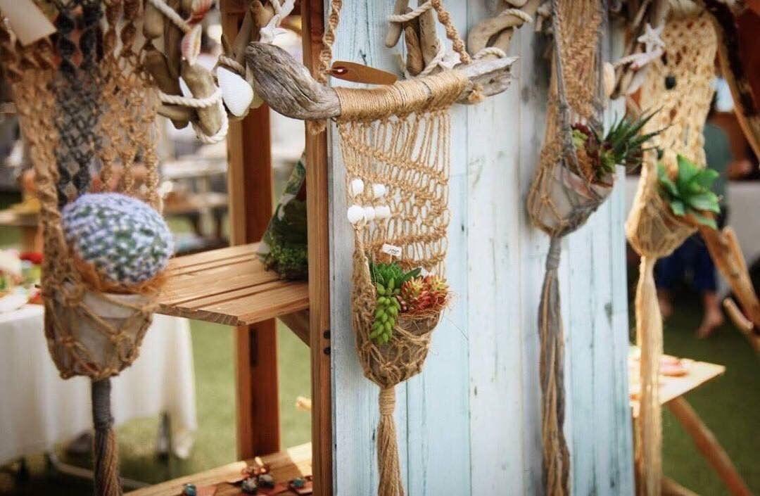 1本1本丁寧にあく抜きをした流木を使って、ハンドメイドで作ったインテリア雑貨『kaimakana』と、ノスタルジックな風合いへの変化を楽しむドライフラワーの花雑貨『mellowly』。流木 × ドライフラワーの素敵なアイテムがそろいます。