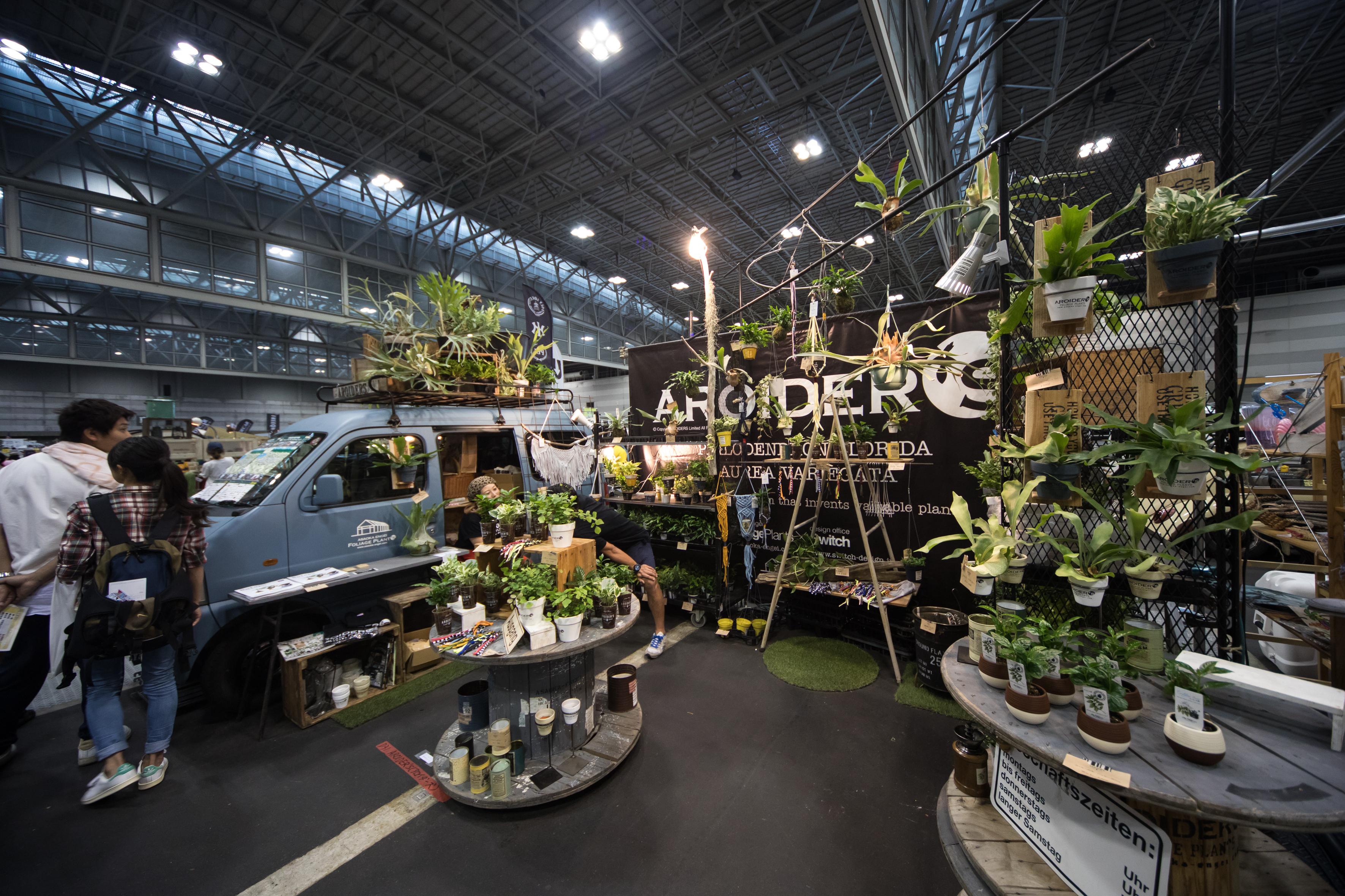愛知県の観葉植物生産者・浅岡さんのブースです。「アロイダーズ」とは観葉植物のなかでも最もポピュラーなポトスを始め(サトイモ科植物=アロイド)サトイモ科植物の好きな人たちの集まり!!みたいなニュアンスの造語。観葉植物をビギナーでも失敗しない育て方、カッコイイ飾り方で提案してくれます。