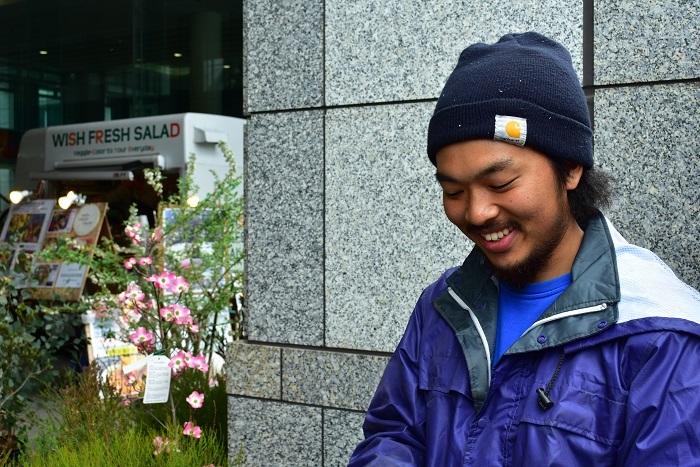 孟宗竹を提供された内田植木さんです。装飾チームの一員となって入口のアーチを完成させました。