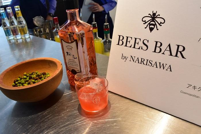 スペシャルバーでは青山一丁目にあるレストラン「NARISAWA」のオーナーシェフ成澤由浩氏が新たに手がけたBARとのコラボレーションによる、CRAFT GINを使用した様々なカクテルが楽しめ、大盛況でした。ボウルに入っている実は「ジュニパーベリー」。ジンの香りづけに使われるセイヨウネズの果実です。