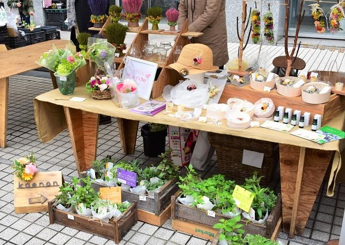 渋谷にお店があるKanonさん。テレビの花装飾のお仕事もされているそうです。  Kanonさんで花瓶(972円~)を購入して、二カ月間のお花代3240円をお支払いすると、二カ月の契約期間中にその花瓶を持って来店すると何度でも花を活けてもらえる「花さんぽ」というサービスがあるそうですよ。
