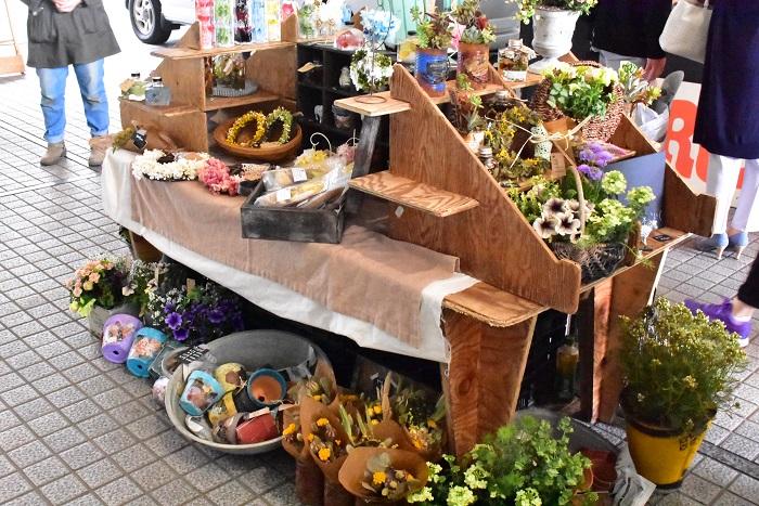 季節の寄せ植えや花飾り、ハーバリウムが美しくディスプレイされていました。アトリエでは寄せ植えレッスンが受けられたり、HPから寄せ植えのオーダーもできるそうです。