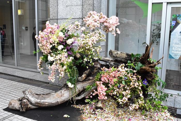 密林東京さんは、「型にはまらずに植物を使いたい。」という想いで、ウエディング、ライブデコレーションや、商業施設などの空間づくりから、アレンジメントやアクセサリーなど小さな物まで、完全なオーダーメードによる制作を行っているそうです。