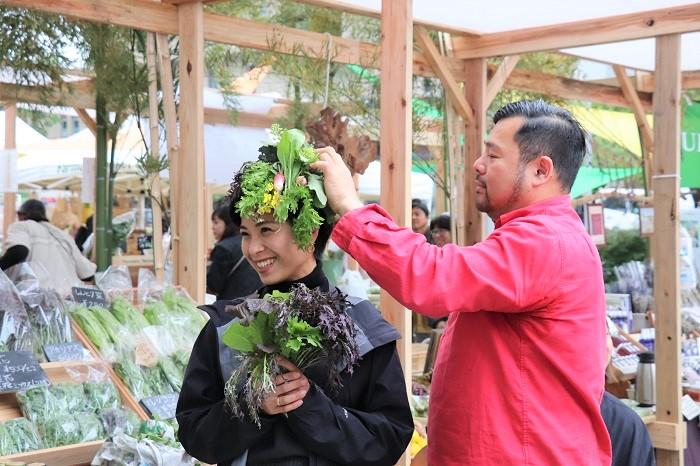 取材当日は、花結い師TAKAYAさんのパフォーマンスも見ることができました。TAKAYAさんが、店頭の商品(花や野菜など)を使って店員さんに即興で花結いをしていきます。店員さんがとても嬉しそうにしている姿が印象的でした。