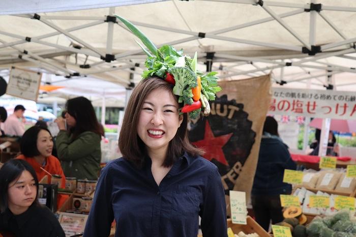 こちらの店員さんも、野菜でTAKAYAさんに花結いをしてもらい、とっても幸せそうな笑顔です。