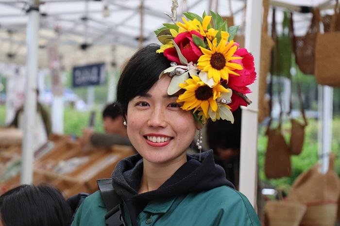 「人と花を結びたい。その想いこそが、花結いの原点。」と話すTAKAYAさん。TAKAYAさんのパフォーマンスの周りには、笑顔と幸せがあふれていました。