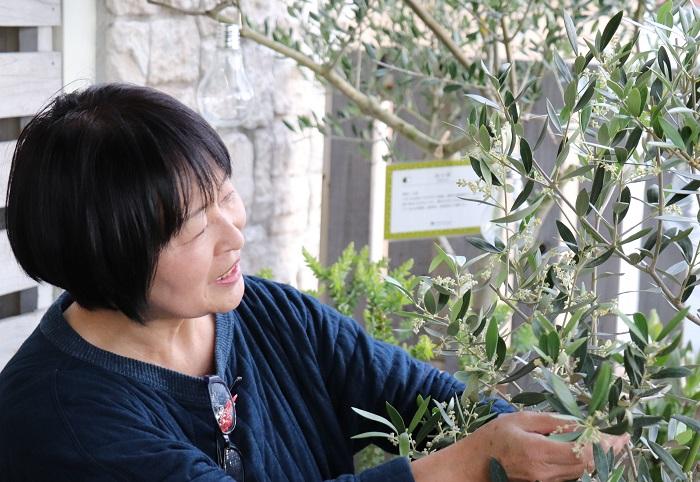 撮影協力:プロトリーフガーデンアイランド玉川店  実はね、「ガーデニング・カウンセラー」という名の職業は無くて、これは私が植物の仕事に携わるようになってからひらめいた造語なんです。(笑)「根っこのついた植物の相談を受けた時、その人の欲しい一鉢を探せる人になりたい。」と思い、お客様の話をじっくり聞きながらいろいろ提案しているうちに、自分のしていることを一番ストレートに伝える言い方が「ガーデニング・カウンセラー」だと思いつきました。