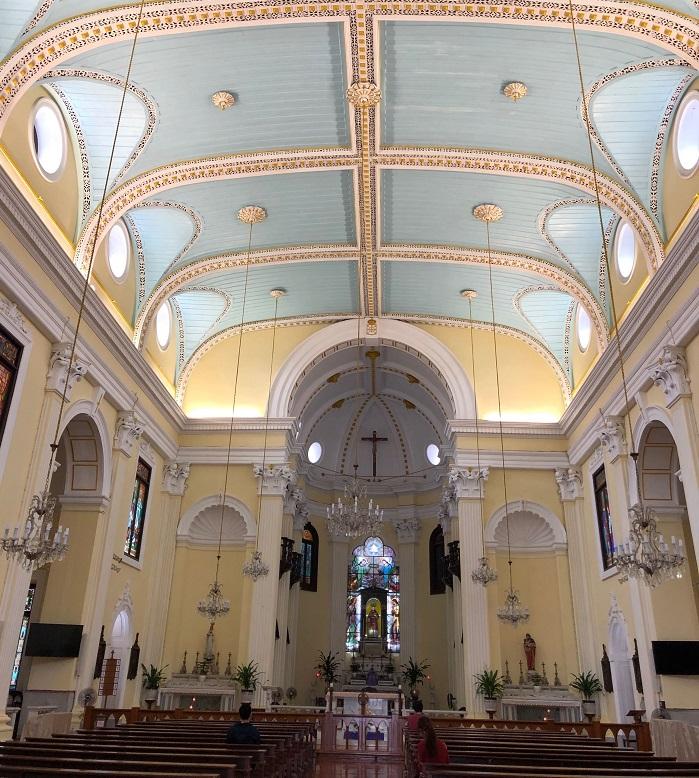 現在の建物は、1846年に澳門の建築家に設計されたものです。柔らかい色づかいが素敵です。内部はクリームイエローと柔らかなペールブルーで、静かで落ち着いた空間でした。